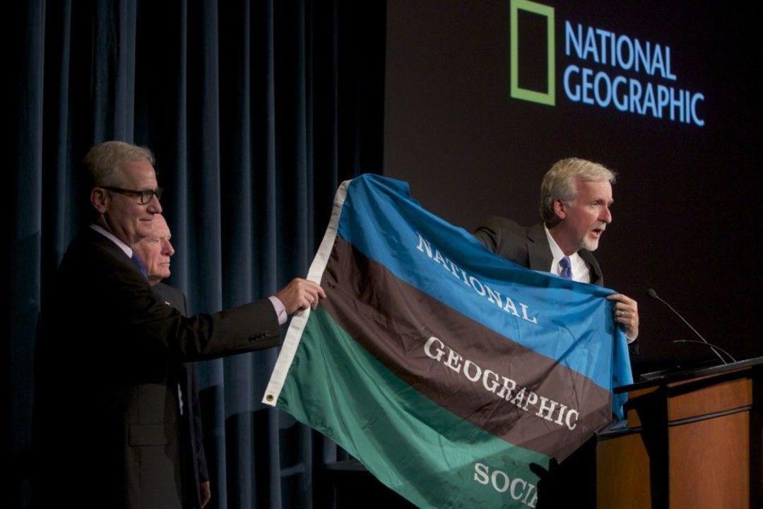 国家地理学会的晦气由《国家地理》总编辑吉尔伯特的妻子埃尔希·贝尔·格罗夫纳设计,三个颜色分别代表天空、陆地和海洋