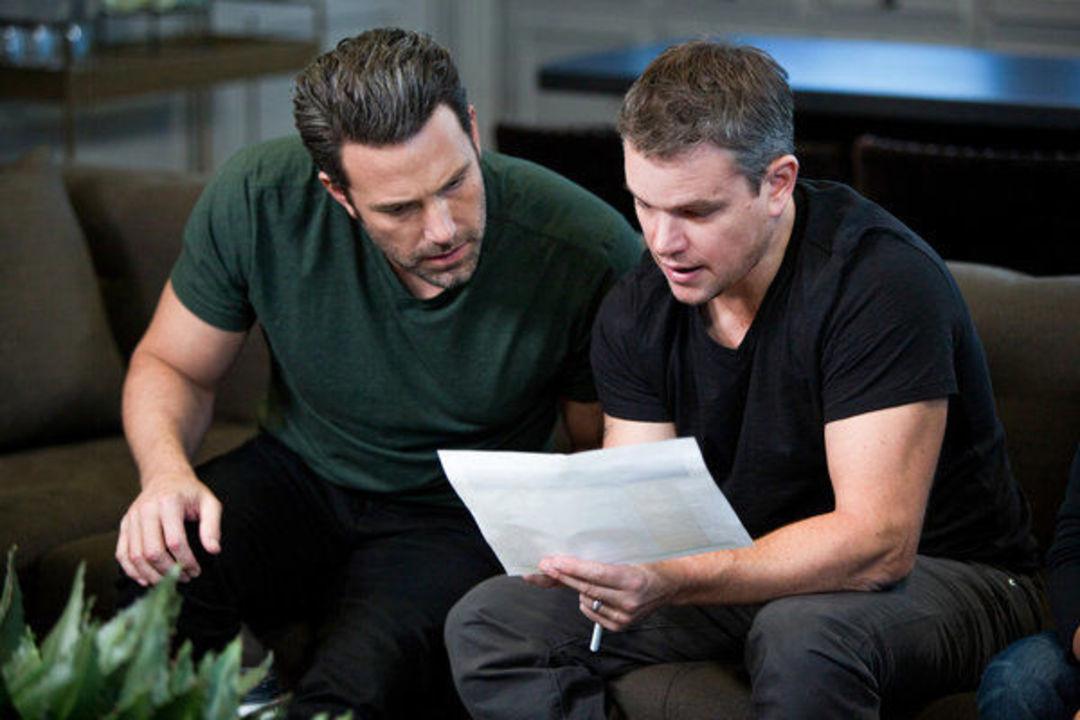 本·阿弗莱克(左)和马特·达蒙在《绿灯计划》中。图片版权 Frank Masi / HBO