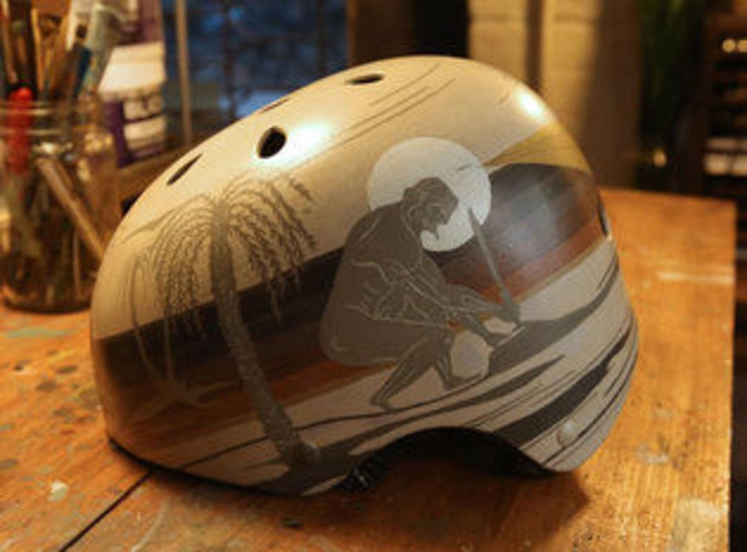 巴斯金手绘的一个头盔。图片来源:Nicole Bengiveno / 《纽约时报》