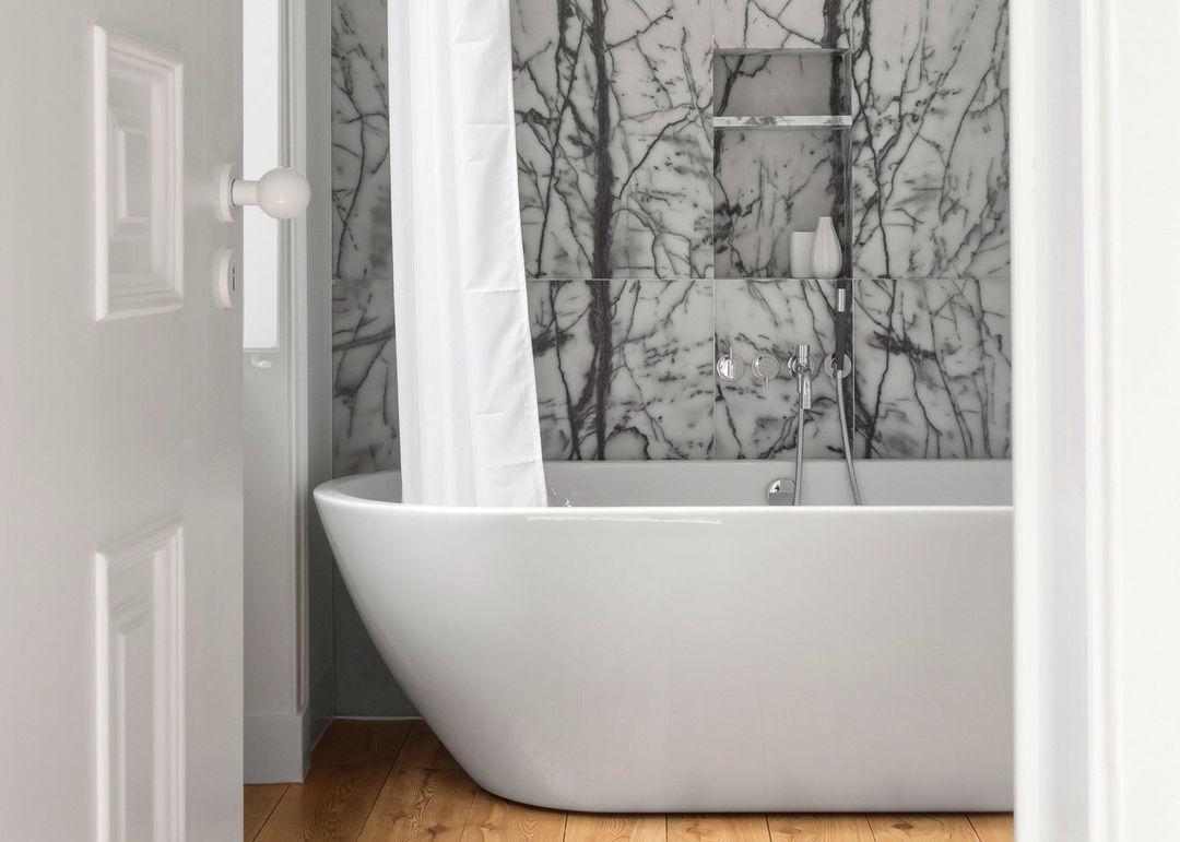 黑白色大理石质感浴室空间