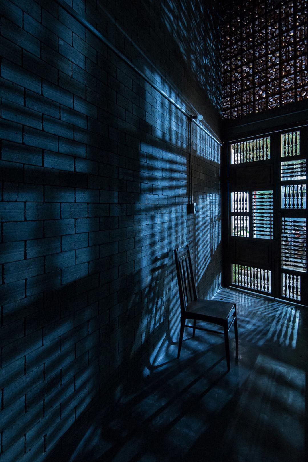 混凝土、原木和铁搭配,越南这幢住宅看起来静谧宜人