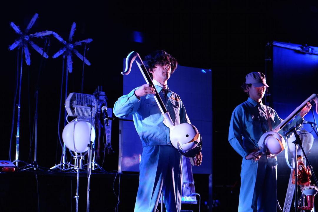 明和电机的音乐会现场,手中蝌蚪样子的是乐器
