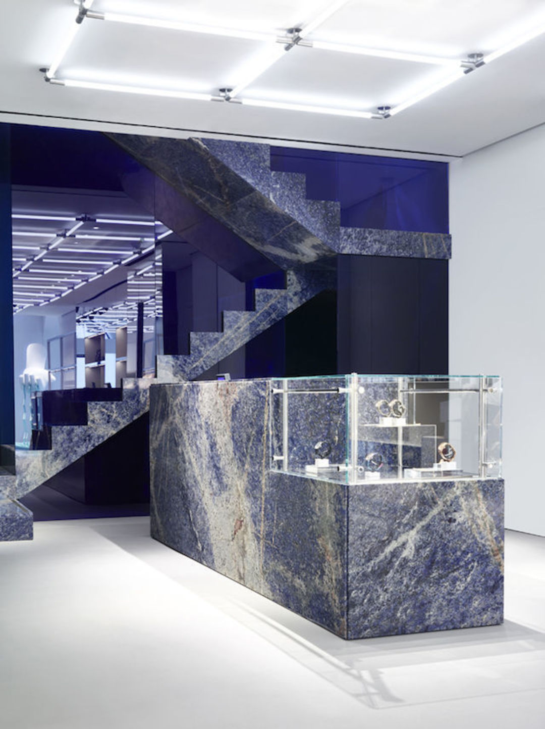 KENZO的米兰新店就用了大理石元素,它有246平米大,橱窗的装饰是一只正在捞意面的手。