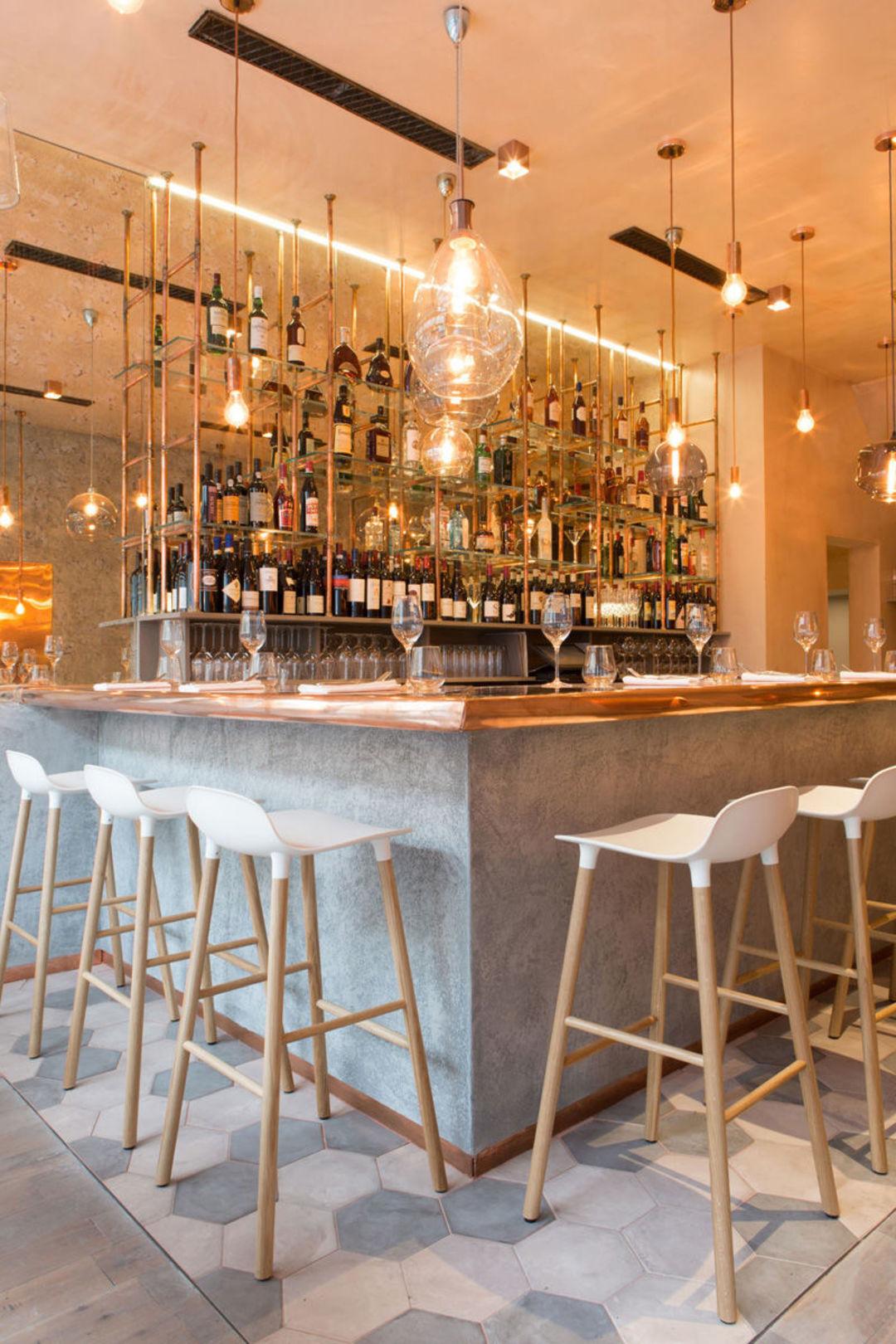 被暖黄金属色笼罩的这家法国餐厅,看起来质感不错_设计_好奇心日报
