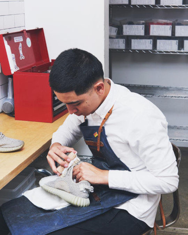 运动鞋成为风尚,这个小伙清洗球鞋的生意也相当红火_商业_好奇心日报