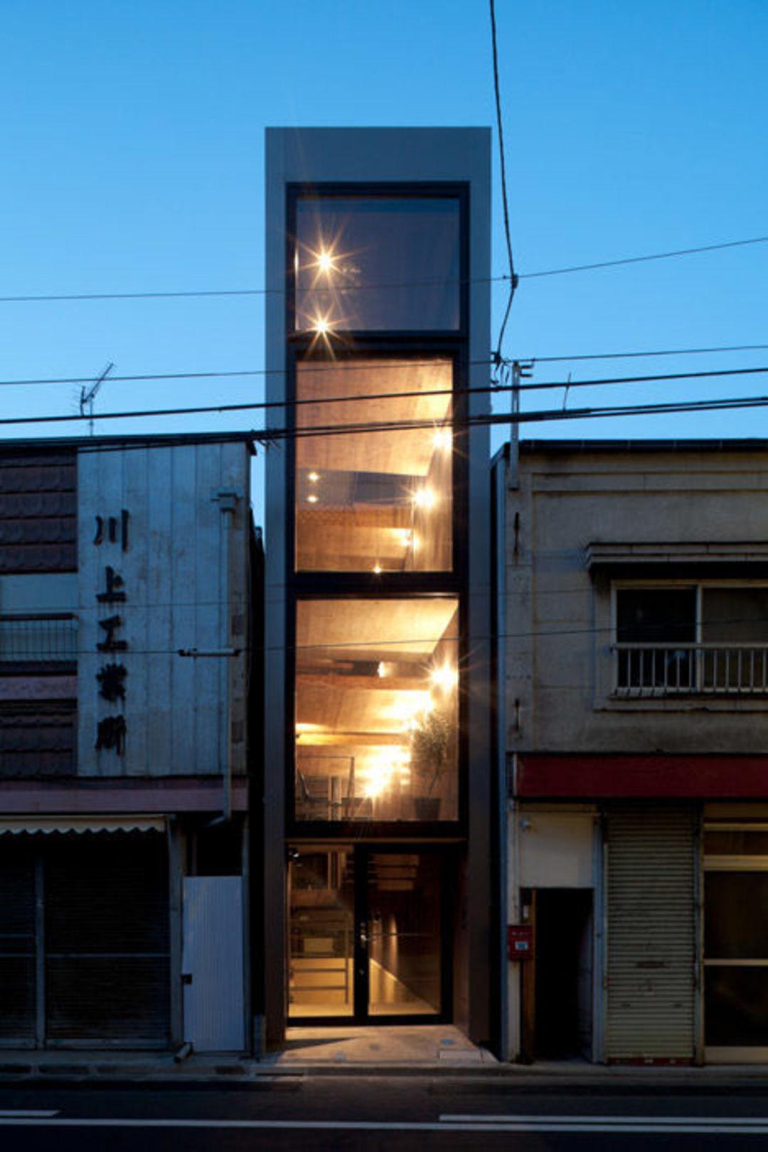 在日本,夹缝中求生存的窄房子也能变身宜居空间_设计_好奇心日报
