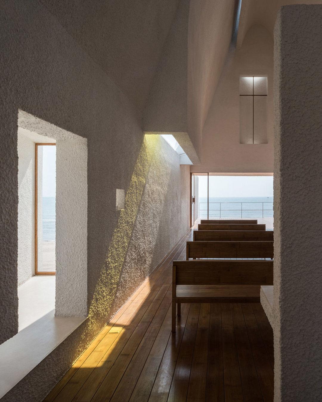 在孤独图书馆之后,北戴河又多了一个同款白色教堂