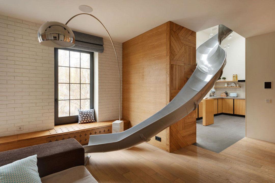 滑梯从二楼延伸下来