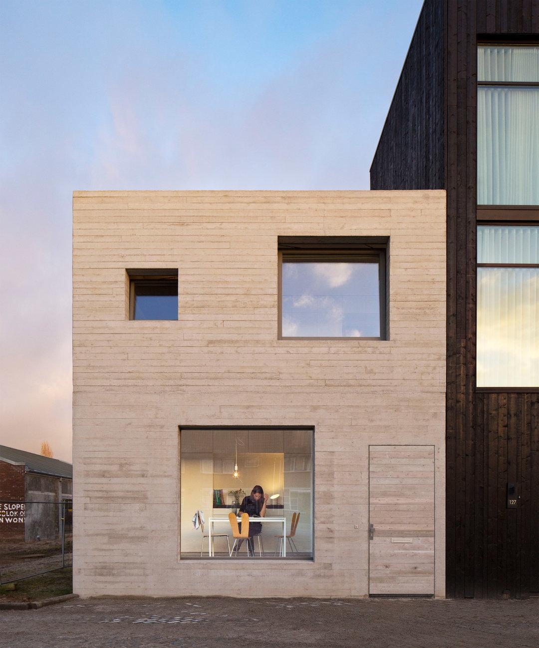 荷兰这对年轻夫妇没什么钱,但自盖的小楼看上去很不错_设计_好奇心日报