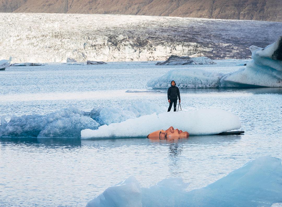 他在浮冰上作画,来提醒人们关注环境的变化_设计_好奇心日报