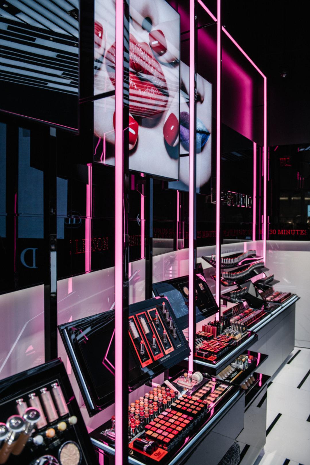 Dior在纽约开了第一家化妆品精品店,重点推荐它的彩妆
