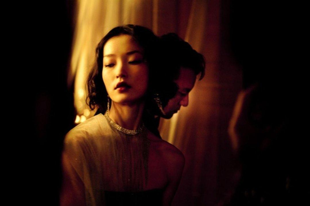 Prada 拍了一部黑白默片,时尚电影真的能带动销售吗