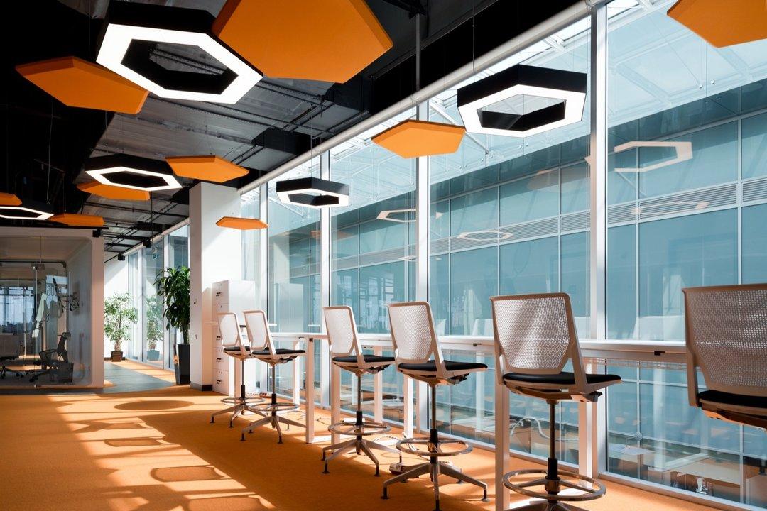 阿迪达斯在俄罗斯的新大楼,室内设计也很迷恋三道杠