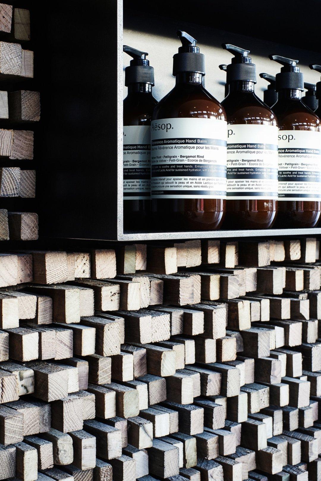 每家Aesop的店铺都各有特色,华盛顿这家用了百年松木条_设计_好奇心日报