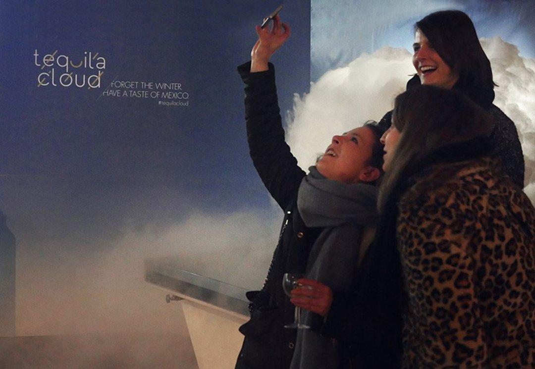 德国柏林有一朵云,你可以在下面接龙舌兰酒_设计_好奇心日报