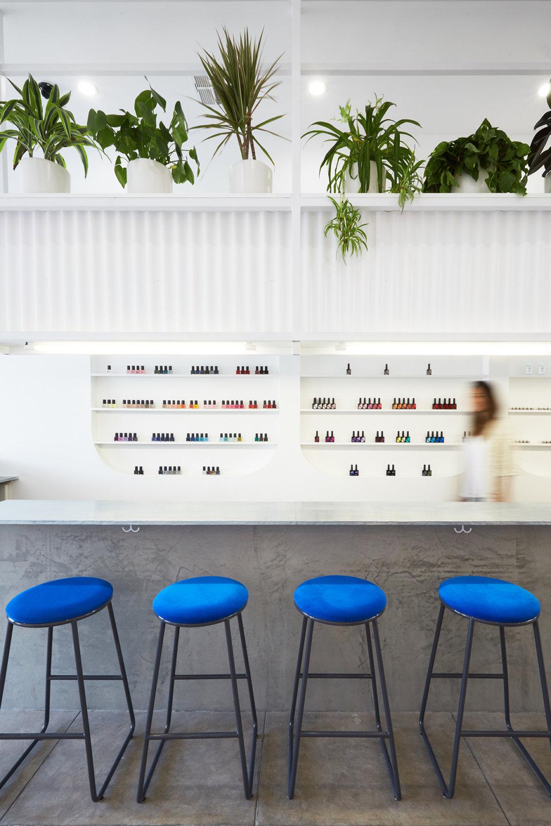 这家美甲店最大的特色,是一面很适合拍照的彩墙_设计_好奇心日报