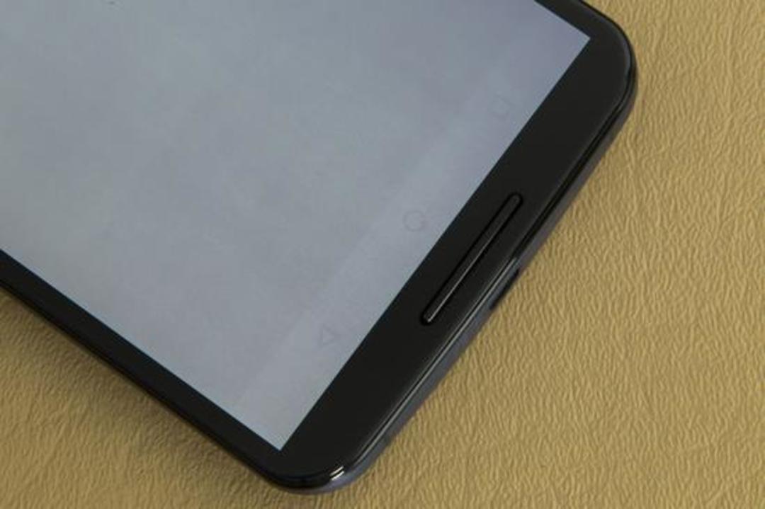 iPhone X 可能也会这样。 这是 OLED 的特点,是一种正常的现象。苹果表示。 烧屏在 OLED 屏幕中更常见。 因为 OLED 是自发光,主要靠蒸镀不同的有机材料,发出 RGB 三种色光(红绿蓝),RGB 组合在一起为白色光。 由于三种有机材料各自的发光效率,使用寿命各不相同(蓝色寿命最短),随着时间的推移,材料各自衰减不同,RGB 可能不会组成正白色了。因此烧屏通常都在白底或者浅色背景中发现。  Google Pixel 2 XL 使用的 LG Display 的 OLED 屏幕,不少人使用