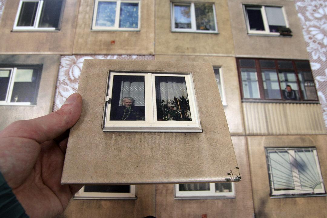 立陶宛设计师用贴纸改造了厕所,墙面变成了苏联式大厦