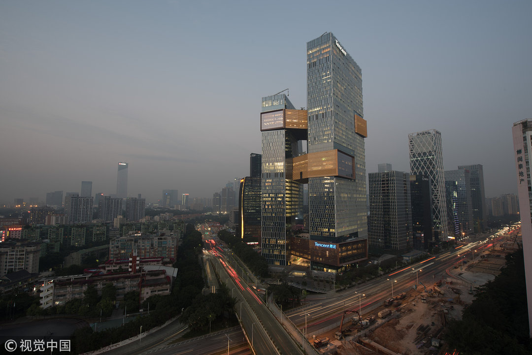 腾讯新的总部大厦就在滨海大道上,两座塔楼由三座位于不同高度的天桥
