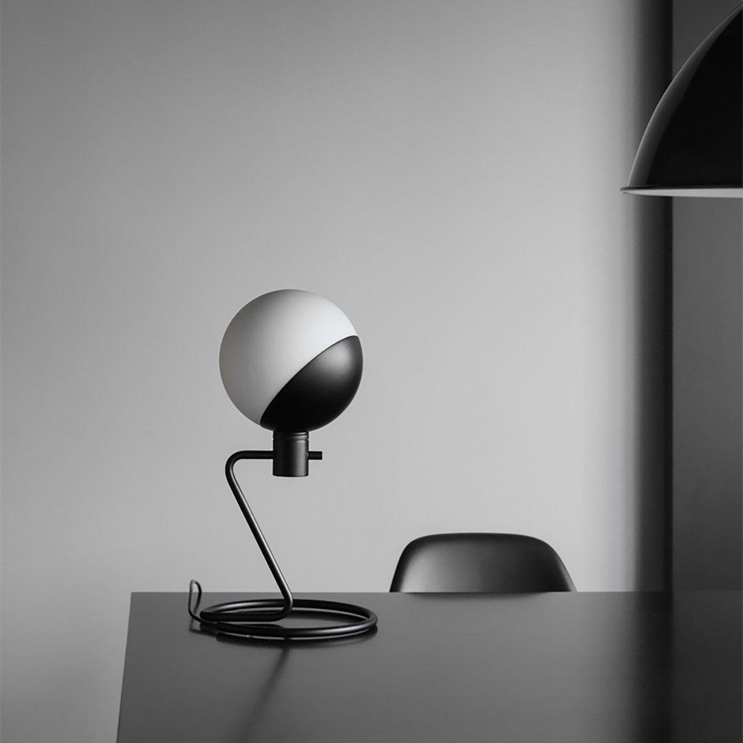 baluna 系列由磨砂玻璃球,半圆杯钢质元件和较长的钢架和灯臂组件