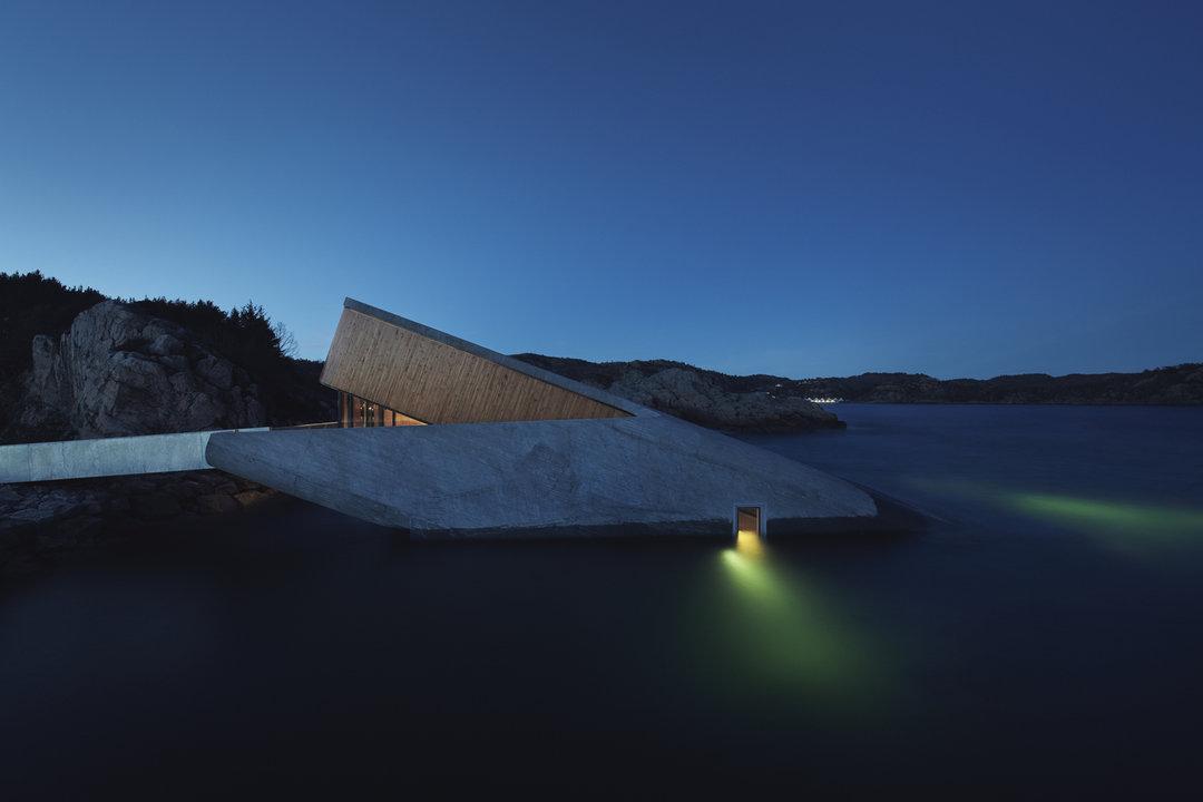 设计灵感来自于挪威的岩石海岸.